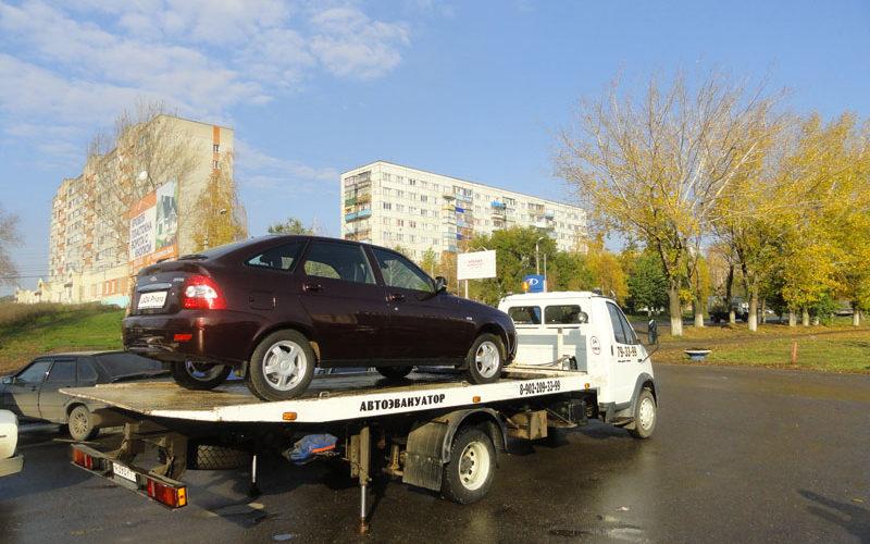 Перед выгрузкой автомобиля, эвакуатор опускает упоры.