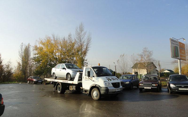 Перед началом движения эвакуатор проверяет, надежность кремления автомобиля.
