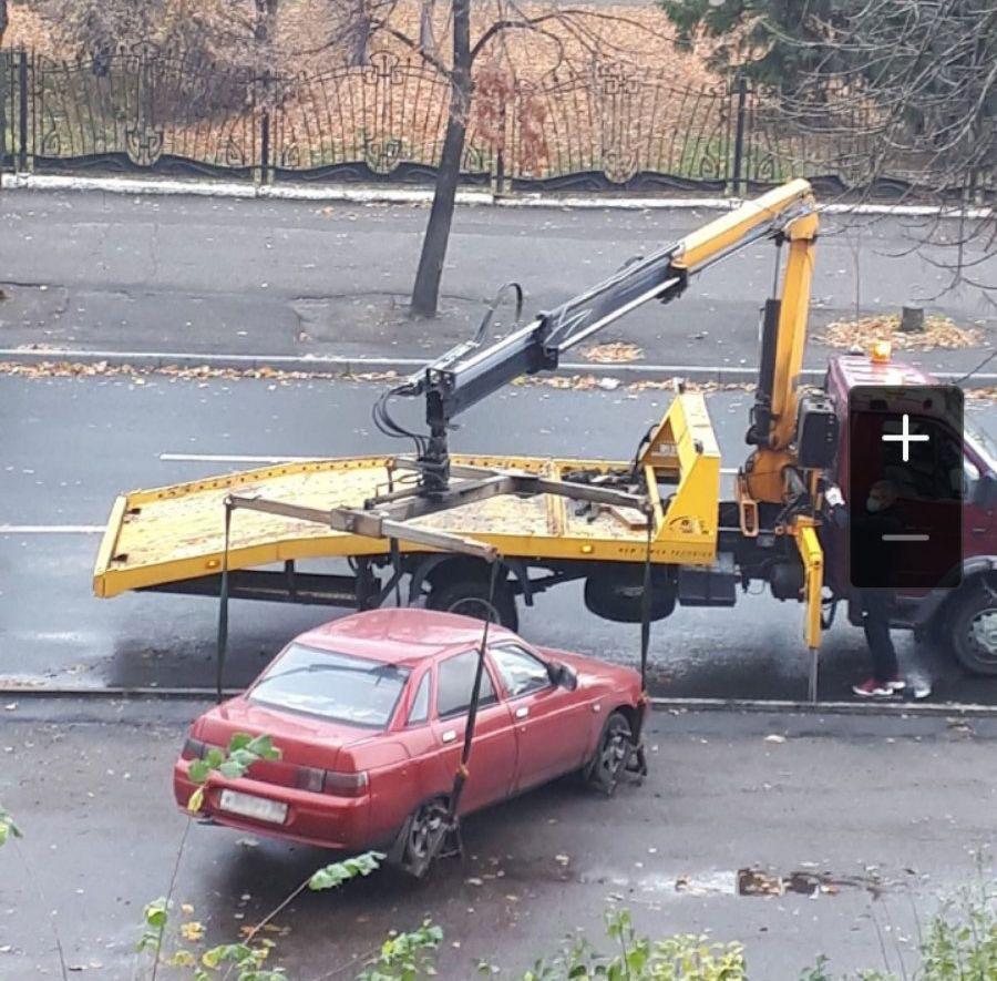 Эвакуатор с манипулятором на погрузке в г. Пенза ул. Красная